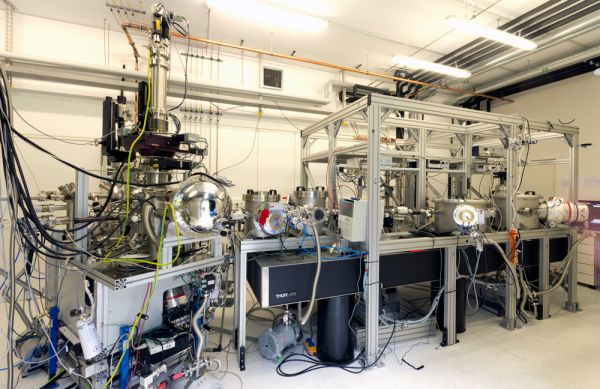 The XUV beamline consists of 4 vacuum chambers holding a gasjet, a grating, a slit and 3 toroidal mirrors.